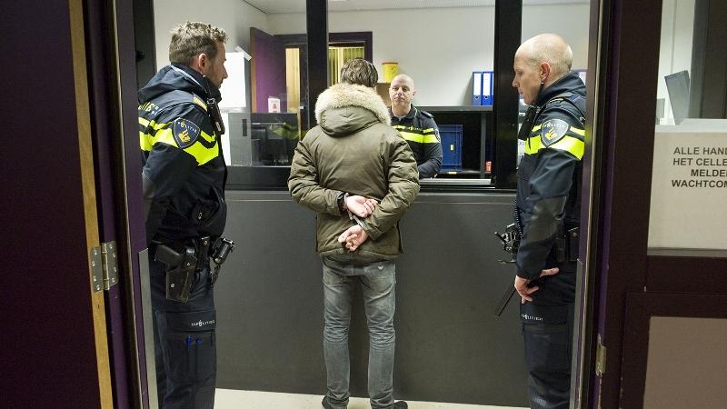 arrestant-staat-voor-politiebalie